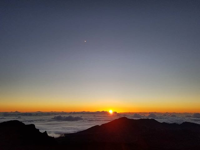 Made it to Haleakalā's 10K ft. summit in time for #sunrise! #Maui 🌄